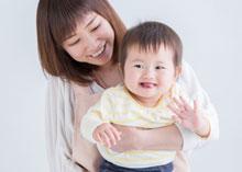 赤ちゃんを抱える女性