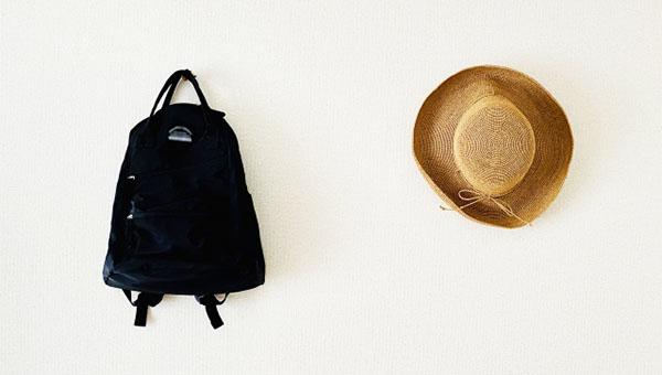 壁に掛けられたバッグと帽子