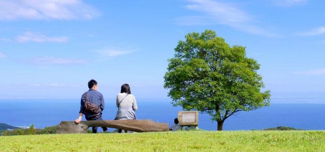 ベンチに座る2人